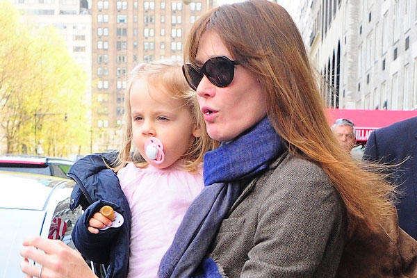 Photo of Carla Bruni & her Daughter  Giulia Sarkozy