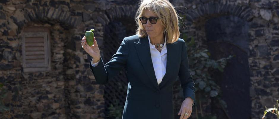Brigitte Macron : le secret de son costume vert au Sénégal